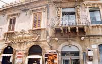 facciata barocca in piazza Duomo, in basso a sinistra uno dei primi teatri della citta, TEATRO ELDORADO.  - Acireale (5212 clic)