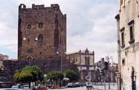 Il Castello Normanno in Piazza Umberto I - sullo sfondo la Chiesa Madre di Santa Maria Assunta  - Adrano (5560 clic)