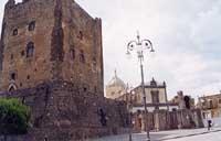 Il Castello Normanno in Piazza Umberto I - sullo sfondo la Chiesa Madre di Santa Maria Assunta  - Adrano (6687 clic)