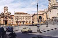 Piazza Roma, sulla sinistra la Chiesa di Maria Santissima del Rosario   - Biancavilla (13253 clic)
