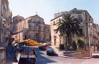strada della lunga via roma - Piazzale S. Francesco all'Immacolata. Panoramica  - Caltagirone (4799 clic)