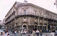I quattro canti - incrocio fra via San Giuliano e Via Etnea - palazzo San Demetrio (il primo edificio sorto dopo il sisma del 1693)  - Catania (5689 clic)
