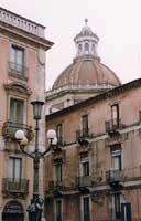 Cupola della Badia di Sant'Agata vista da Piazza Università  - Catania (4157 clic)
