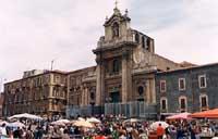 Piazza CArlo Alberto - il mercato delle pulci della domenica - Chiesa della Madonna del Carmine  - Catania (7125 clic)