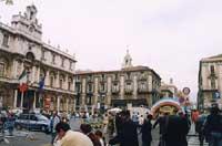 Via Etnea, sulla sinistra il palazzo dell'Università (Sede Centrale)  - Catania (2605 clic)
