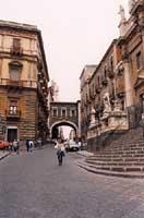 Via dei Crociferi, sulla destra la scalinata della Chiesa di San Francesco  - Catania (2457 clic)