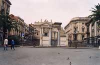 Piazza Stesicoro - portale di ingresso all'anfiteatro romano  - Catania (2814 clic)