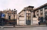 Piazza Stesicoro - portale di ingresso all'anfiteatro romano e, in fondo, la chiesa di San Biagio  - Catania (2824 clic)