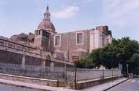 Piazza Dante. Chiesa di S. Nicola con annesso fortino visibile sulla parte superiore della facciata principale. Scavi interrotti di antiche terme e insediamenti. Gli scavi sono stati ricoperti.  - Catania (5003 clic)