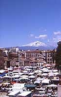 Il Mercato di Catania in Piazza Carlo Alberto - sullo sfondo l'Etna  - Catania (3419 clic)