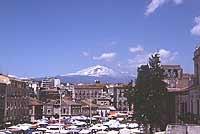 Il Mercato di Catania in Piazza Carlo Alberto - sullo sfondo l'Etna  - Catania (4998 clic)