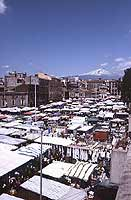 Il Mercato di Catania in Piazza Carlo Alberto - sullo sfondo l'Etna  - Catania (2536 clic)