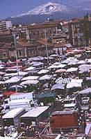 Il Mercato di Catania in Piazza Carlo Alberto - sullo sfondo l'Etna  - Catania (2320 clic)