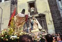 Pasqua ad Adrano - A Paci. Incontro tra il Risorto e Maria davanti la Chiesa di S. Agostino  - Adrano (10641 clic)