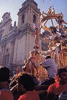 Festa del Santissimo Salvatore Patrono di Militello in Val di Catania. La festa si svolge il 18 agosto di ogni anno con grande concorso di popolo, il momento più importante è a Nisciuta. Alle ore 17 la sacra effigie del Patrono viene portata a spalla dai   - Militello in val di catania (8023 clic)