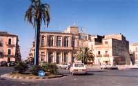 Vista del centro piazza e ex teatro, ora banco di sicilia  - Grammichele (5994 clic)