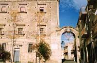 La porta Adinolfo (l'unica rimasta delle tante porte della città fortificata)   - Mineo (4938 clic)