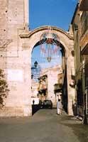 La porta Adinolfo (l'unica rimasta delle tante porte della città fortificata)   - Mineo (5334 clic)