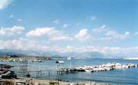 Sullo sfondo dell'Etna l'azzurro abbraccio del mare celebra l'unione tra l'operosa cittadina marinara e l'immenso mistero del grande fratello blu  - Riposto (8001 clic)
