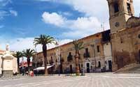 Piazza Umberto I, conosciuta in paese come P.zza S. Rocco - a sinistra la statua di S. Rocco, a destra il campanile della chiesa di S. Rocco  - Scordia (7806 clic)
