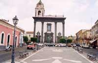 piazza s. Mauro con sfondo chiesa madre s. Maria dell'Idria  - Viagrande (9925 clic)