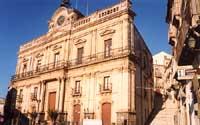 Municipio e Salita Lucio Marineo  - Vizzini (5555 clic)