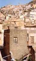 vista da piazza garibaldi con chiesa s.salvatore e piazza roma  - Agira (5364 clic)