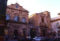 Piazza Garibaldi: ex Palazzo Senatorio (1783) e chiesa di S.Rocco (1613)  - Piazza armerina (5055 clic)