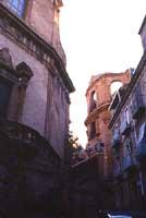 Sullo sfondo la Chiesa di S.Anna e lateralmente la Chiesa del Collegio di S.Ignazio di Loyola  - Piazza armerina (4055 clic)