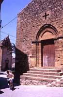 portale della chiesa della Commenda dei Cavalieri di Malta (XIII SEC.) sullo sfondo la chiesa di S.Stefano  - Piazza armerina (8666 clic)
