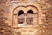 Bifore del castello medievale costruito da Russo Rubeo verso l'anno 1132  - Sperlinga (7389 clic)