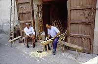 Il signor Maggio (U' Maiu), falegname, realizatore dei manici degli strumenti di lavoro dei contadini modicani  - Modica (6840 clic)