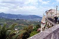 Veduta da piazza della Candelora - Panorama dalla cinta muraria aragonese presso S.Agata  - Castroreale (6669 clic)