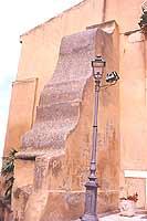 Il decorativo contrafforte posto a sostegno della facciata a seguito del sisma del 1908  - Castroreale (8432 clic)