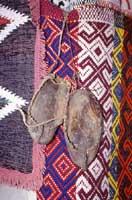 I zampitti, caratteristici calzari fatti con pelle di vacca di origine contadina, ad ornamento del muzzuni.   - Alcara li fusi (10694 clic)