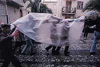 Venerdì Santo a Castroreale - Il SS. Crocifisso della chiesa di S. Agata in Castroreale viene portato in processione il Mercoledì e il Venerdì Santo e nei giorni 23 e 25 agosto di ogni anno. Al SS. Crocifisso viene attribuita la liberazione di Castroreale  - Castroreale (9138 clic)