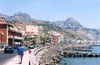 Lungomare con vista di Castelmola (a sinistra) e Taormina (a destra)  - Giardini naxos (12493 clic)