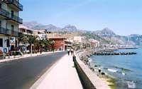la lunga passeggiata di Giardini continua fino a Schisò. Sullo sfondo Taormina  - Giardini naxos (9722 clic)