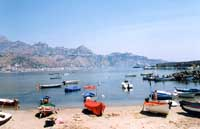 Tratto di mare sito presso il porto di Giardini Naxos. In fondo le colline ospitanti Taormina e Castelmola  - Giardini naxos (7477 clic)