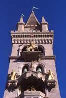 Campanile del Duomo di Messina: MERLI GHIBELLINI (imperatore)quelli della Chiesa del duomo (accanto) sono Guelfi (papa); Il LEONE rappresenta IL POPOLO SICILIANO durante la GUERRA del VESPRO  del 1282; IL GALLETTO (in mezzo alle campane) l'esercito franco  - Messina (8280 clic)