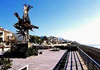 uno dei monumenti di Nino Ucchino sul lungomare  - Santa teresa di riva (9773 clic)