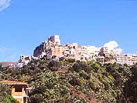 Vista dalla valle della frazione Scaletta Superiore, dominata dal castello medioevale  - Scaletta zanclea (7339 clic)