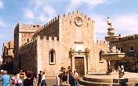 Duomo di Taormina dedicato a San Nicola di Bari. Fontana barocca.  - Taormina (7749 clic)