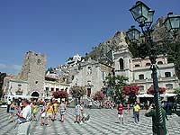 Piazza IX Aprile - sullo sfondo la torre dell'orologio, sovrastante la Porta di Mezzo, e la chiesa di San Giuseppe  - Taormina (8553 clic)