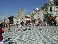 Piazza IX Aprile, torre dell'orologio e chiesa di San Giuseppe  - Taormina (6531 clic)