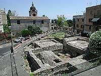 Resti di abitazioni romane. Sullo sfondo la chiesa di San Pancrazio  - Taormina (16389 clic)
