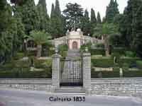 Il Calvario - da un egante cancellata sul lato inferiore,una scalinata di 43 gradini in pietra viva,larghi 350 cm conduce al sagrato della sovrastante chiesetta  - Bisacquino (3115 clic)
