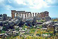 resti tempio F sullo sfondo del tempio E - Selinunte, collina dei templi  - Selinunte (9393 clic)