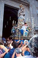 Madonna di Gulfi - momento dell'ingresso della madonna di gulfi in chiesa e tutti dicono VIVA MARIA VIVA MARIA  VIVA MARIIAAAA   - Chiaramonte gulfi (6179 clic)