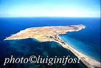 Penisola Magnisi, sito dell'antichissima città di Thapsos, fiorita tra il XV e il III sec.a.C. La Penisola, attaccata alla terraferma da un sottile istmo sabbioso, è lunga oltre due Km e larga 800 metri. Sotto l'influsso di Micene (XIII-XII sec.a.C.) La c  - Melilli (9625 clic)